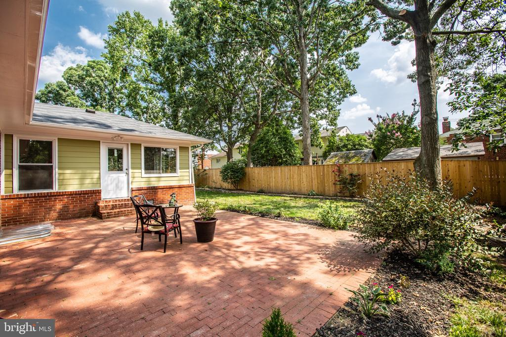 fully fenced for the kiddos and pets. - 1100 BEVERLEY DR, ALEXANDRIA