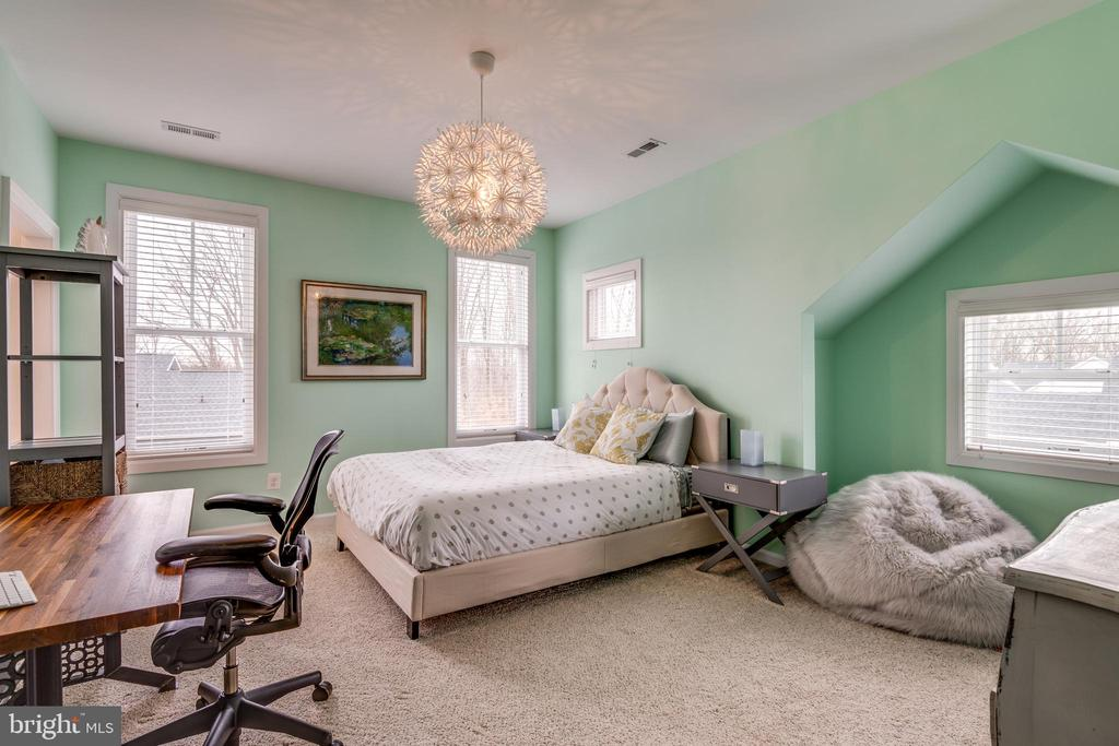 Upper level bedroom with architectural cutout - 1102-A MONROE ST, HERNDON