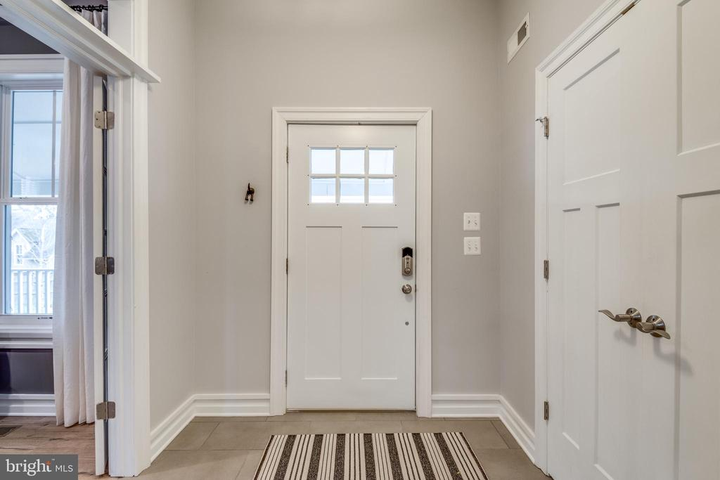 Main foyer with double cloak closet - 1102-A MONROE ST, HERNDON