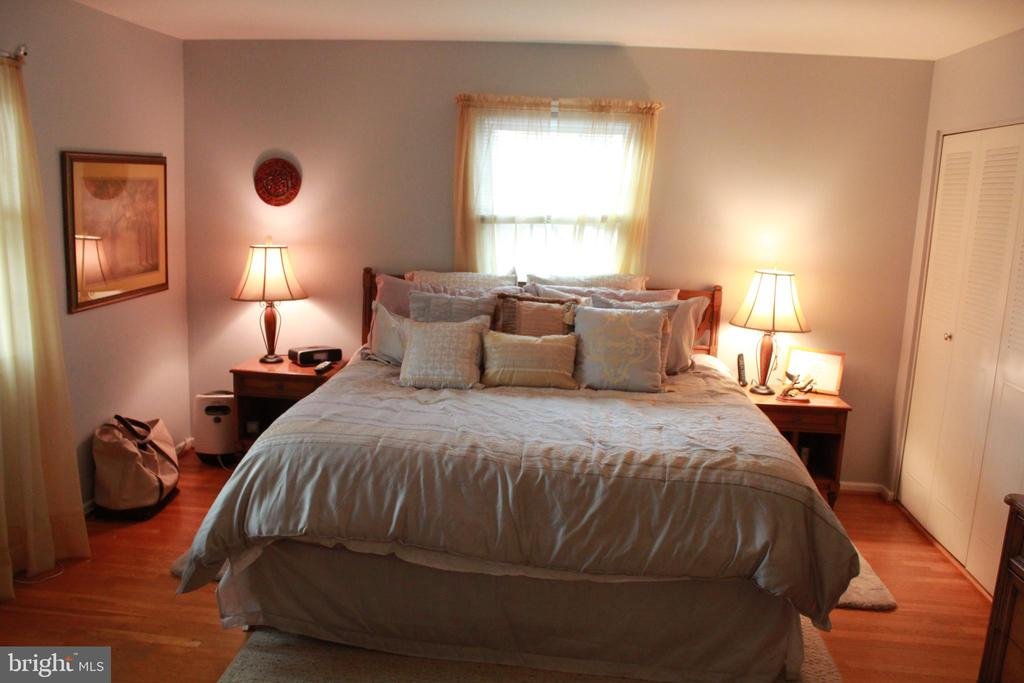 Large second bedroom - 9005 CHERRYTREE DR, ALEXANDRIA