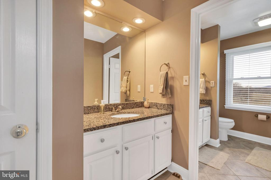 Hall bath designed for a large family - 13762 JAMES MONROE HWY, LEESBURG