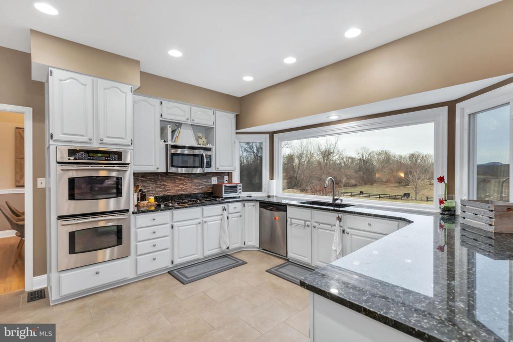 Fabulous SS appliances, granite, gas cooktop - 13762 JAMES MONROE HWY, LEESBURG