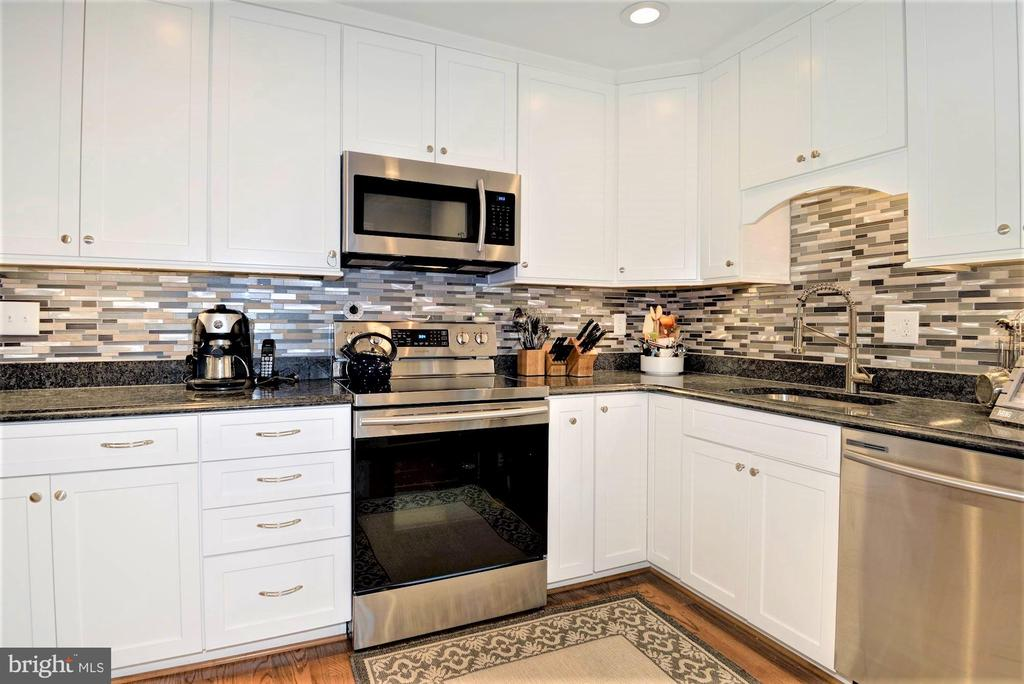 upgraded Kitchen - 2305 ROSEDOWN DR, RESTON