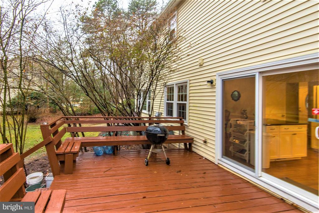 deck with built in benches - 2305 ROSEDOWN DR, RESTON