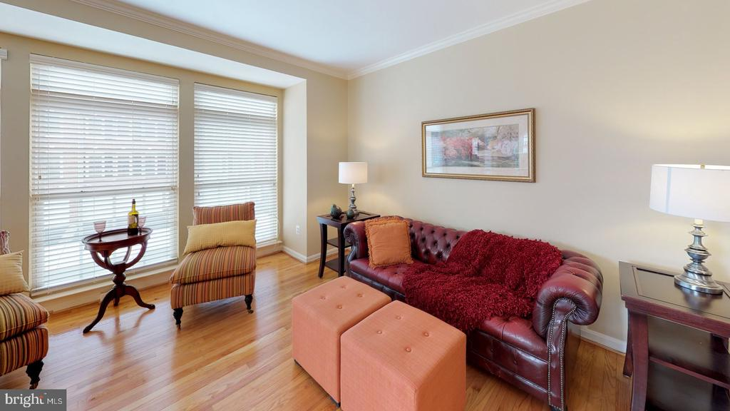 Large windows allow in lots of natural light - 26104 NIMBLETON SQ, CHANTILLY
