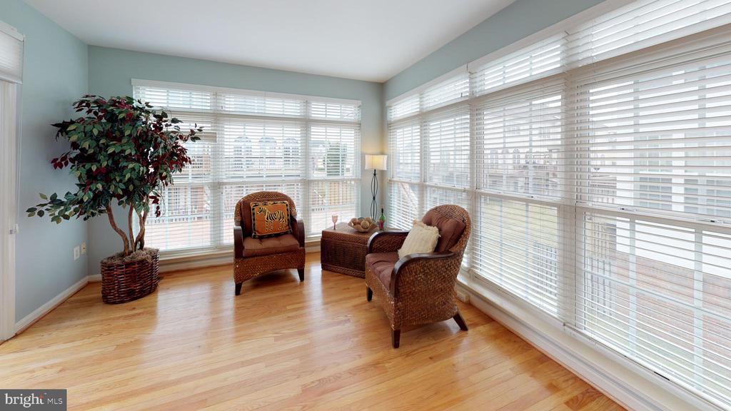 Bonus sunroom with walk out to deck - 26104 NIMBLETON SQ, CHANTILLY