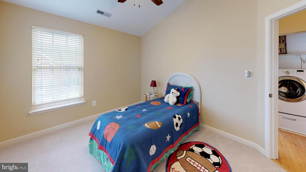 2nd bedroom with vaulted ceiling - 26104 NIMBLETON SQ, CHANTILLY