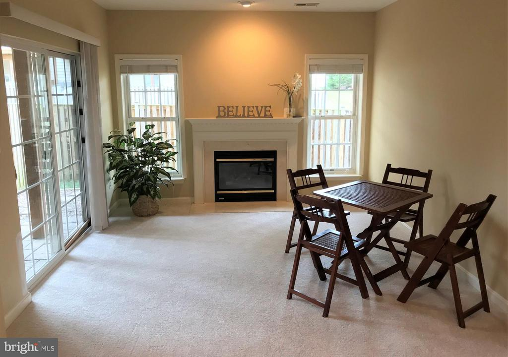 Cozy gas fireplace and walk out to fenced yard - 26104 NIMBLETON SQ, CHANTILLY