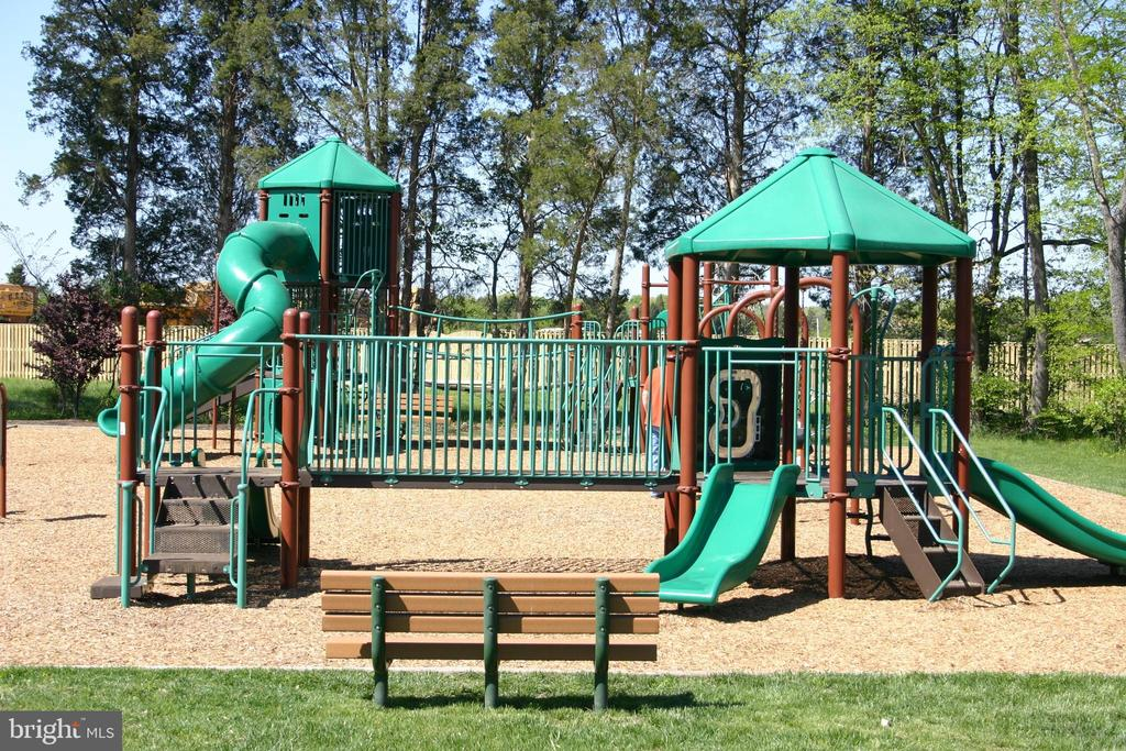 There are 14  play areas throughout the community - 26104 NIMBLETON SQ, CHANTILLY