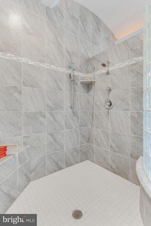Master Bathroom - 8 SWEET WILLIAM DR, STAFFORD