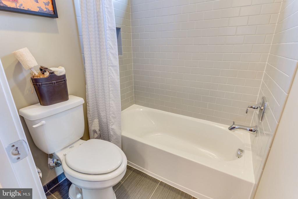Full Bathroom - 8 SWEET WILLIAM DR, STAFFORD