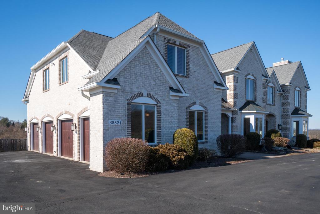 Custom All Brick Home with FOUR Car Garage! - 38821 RIDGE CT, HAMILTON