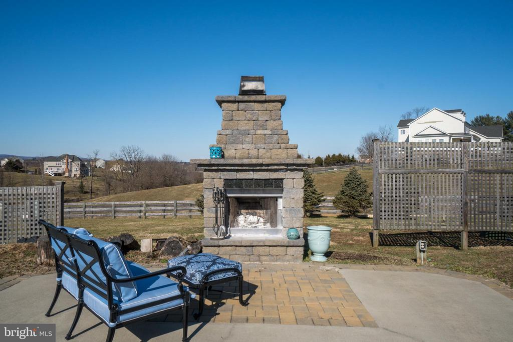Enjoy Your Glass of Wine By the Outdoor Fireplace - 38821 RIDGE CT, HAMILTON
