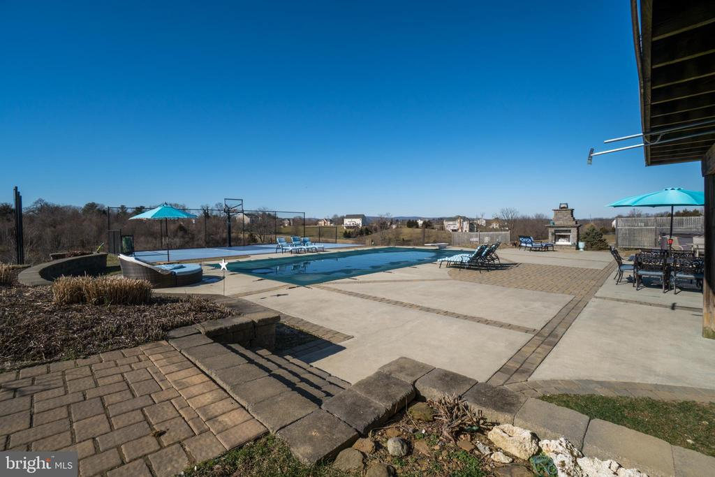 Expansive Patio! A Dream Patio for Hosting! - 38821 RIDGE CT, HAMILTON