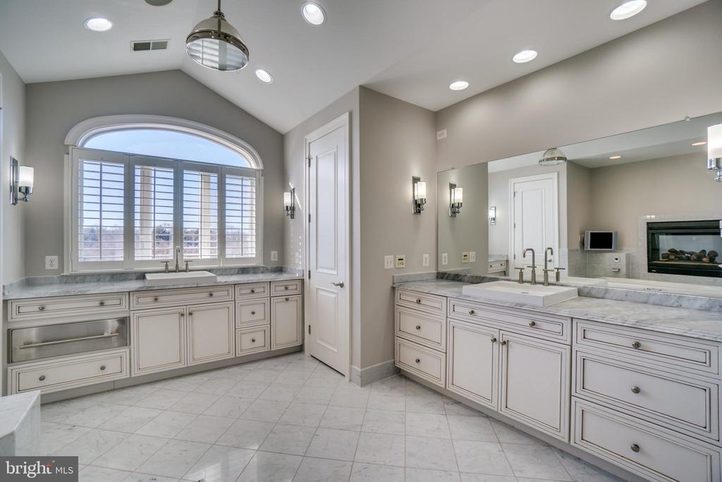 Luxurious MBath  W/ Heated Towel Drawer & Floors! - 38821 RIDGE CT, HAMILTON