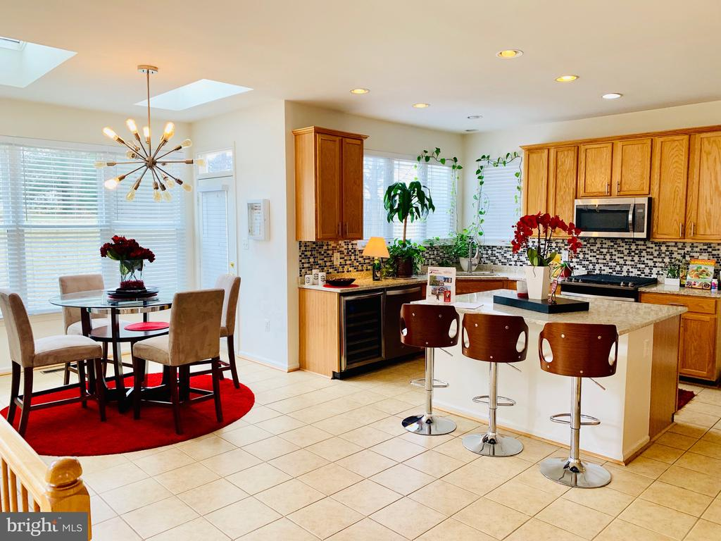 Large Party Kitchen with new appliances /Counters - 46909 BACKWATER DR, STERLING