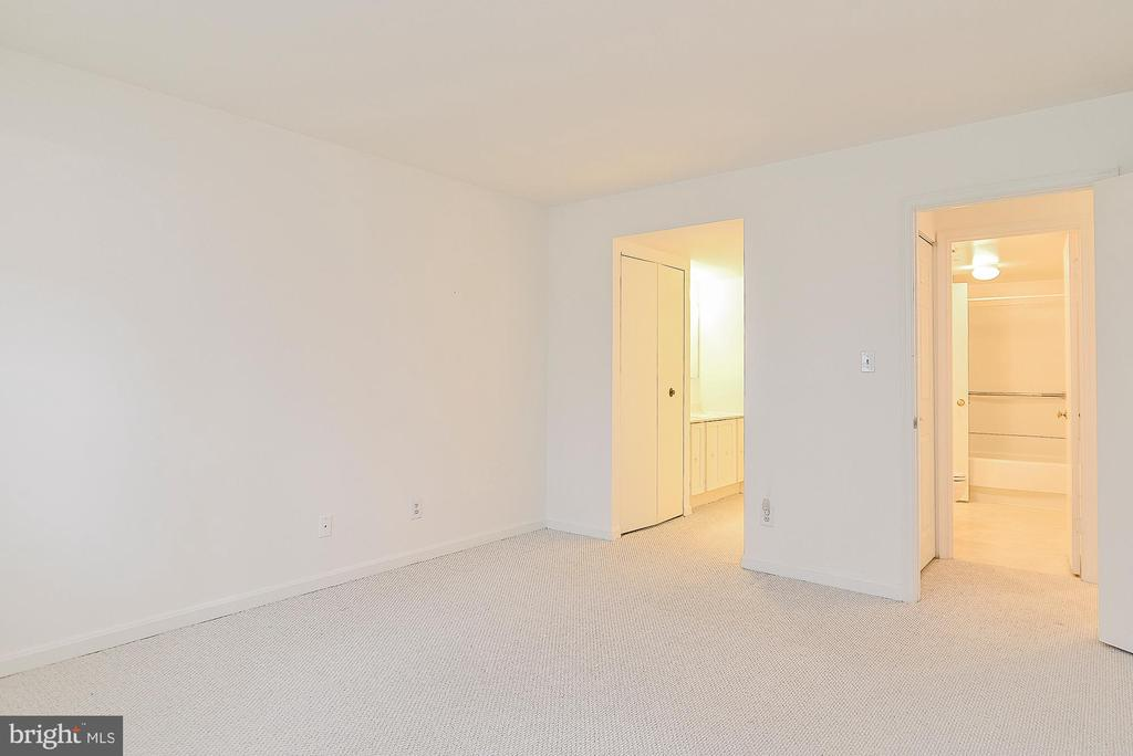Large Master Bedroom! - 5938 COVE LANDING RD #102A, BURKE