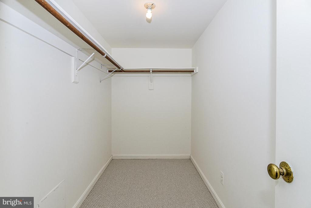 Large walk-in closet! - 5938 COVE LANDING RD #102A, BURKE