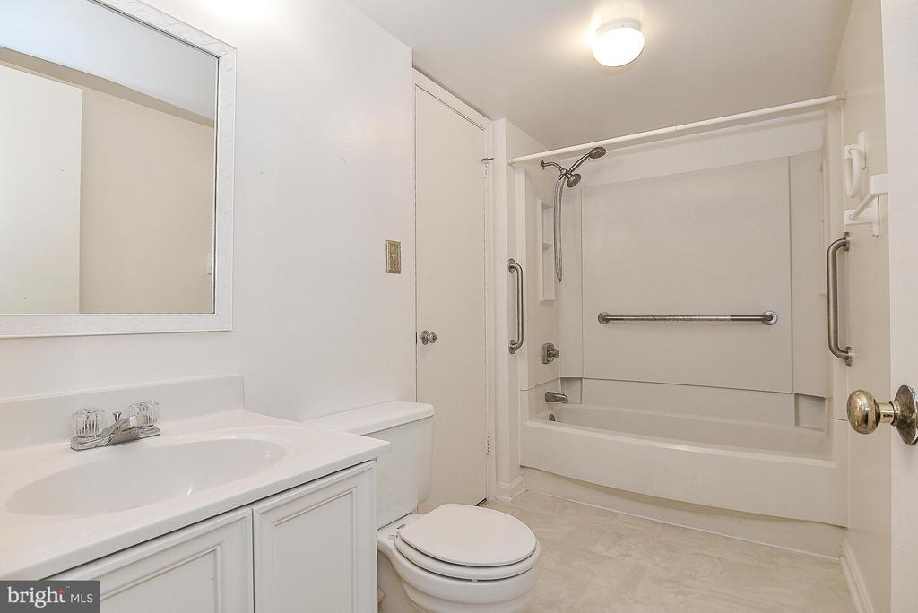 Great size bathroom! - 5938 COVE LANDING RD #102A, BURKE