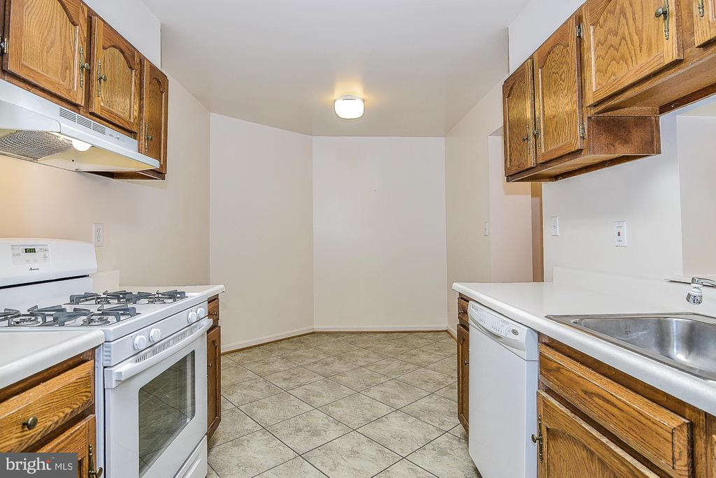 Large eat-in kitchen! - 5938 COVE LANDING RD #102A, BURKE