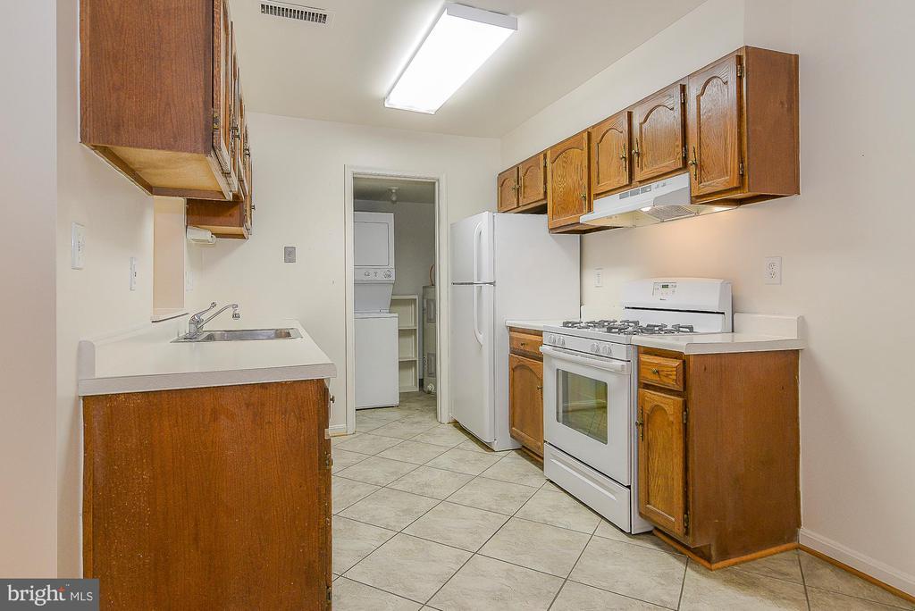 Amble counter space! - 5938 COVE LANDING RD #102A, BURKE