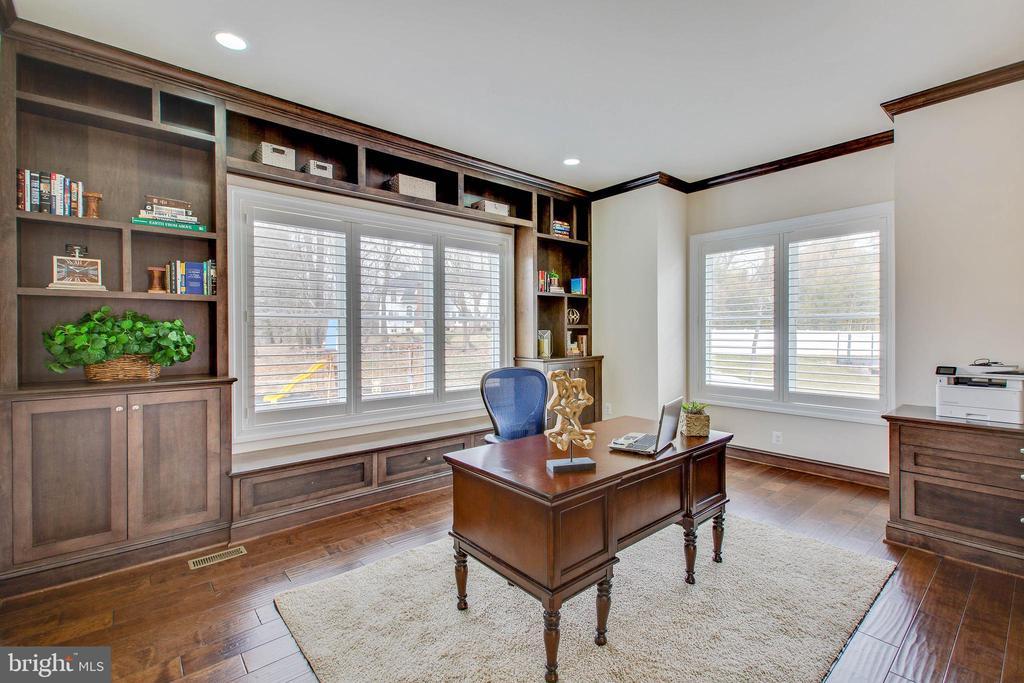 Private Office/Den with built-ins - 3429 WAPLES GLEN CT, OAKTON