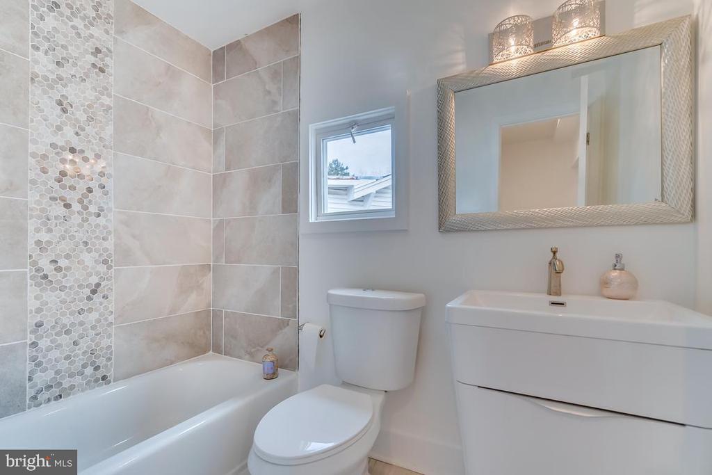 Upstairs Bathroom - 3701 SOUTH DAKOTA AVE NE, WASHINGTON