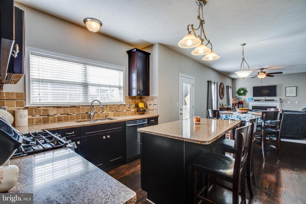 Gas stove,updated faucet, seating at the island. - 40 NORTHAMPTON BLVD, STAFFORD
