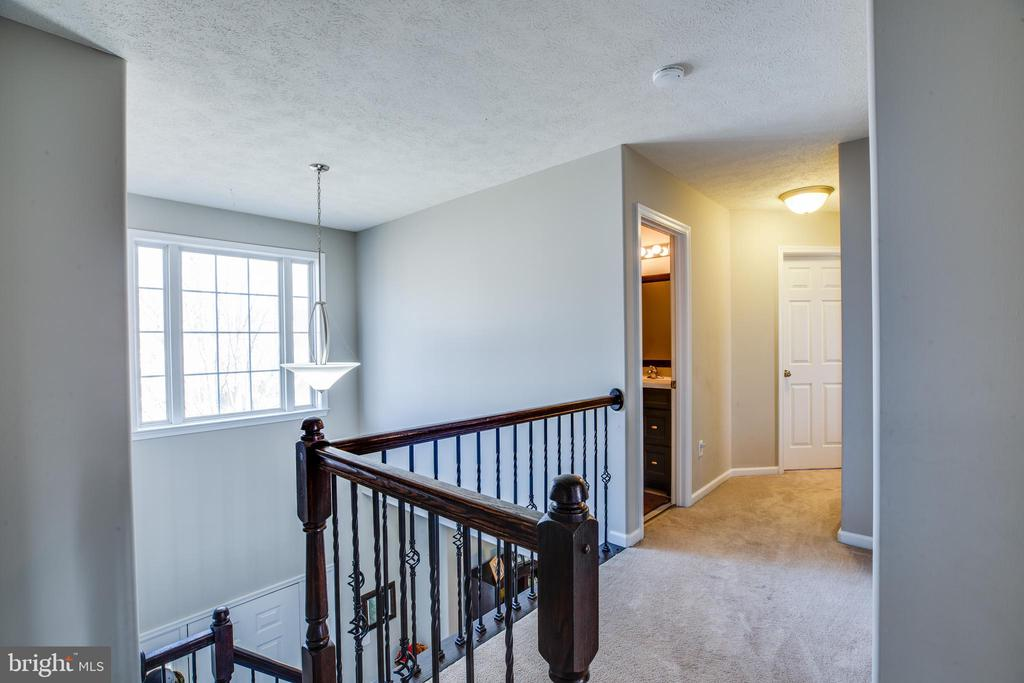 Upstairs hall way from foyer entry. - 40 NORTHAMPTON BLVD, STAFFORD