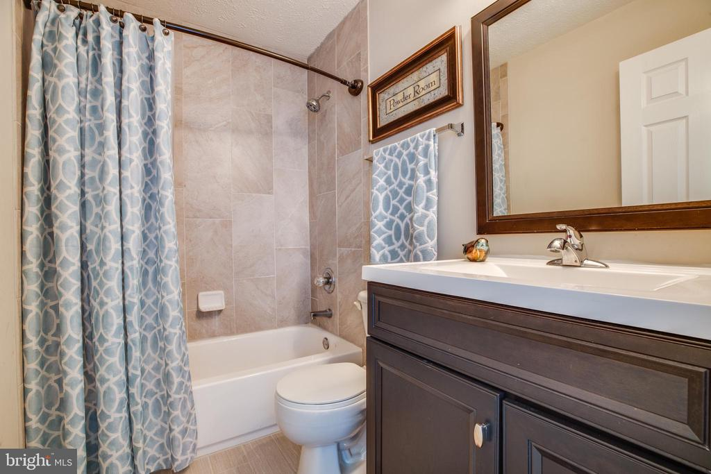 Full bath in upstairs hall way. - 40 NORTHAMPTON BLVD, STAFFORD