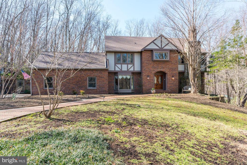 This majestic home sits on a 2.57 acre serene lot - 2008 ROUNDHOUSE RD, VIENNA
