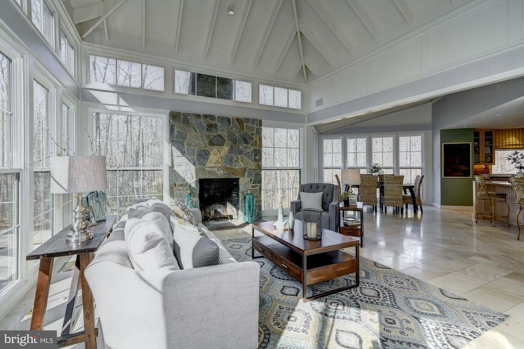 Great rm w/ adjoining kitchen fills with sunlight! - 2008 ROUNDHOUSE RD, VIENNA