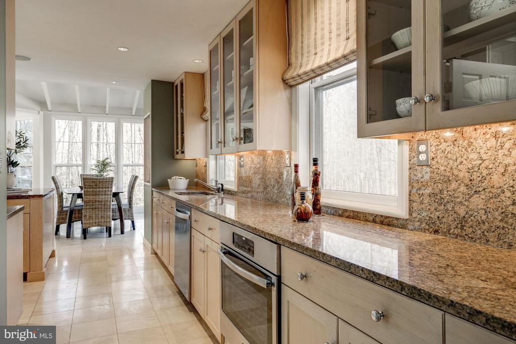 Sleak design, open concept kitchen has is all!! - 2008 ROUNDHOUSE RD, VIENNA