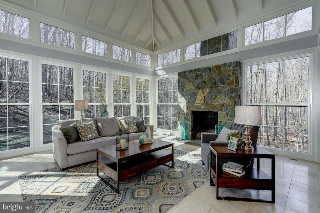 Light filled and scenic views draw you in - 2008 ROUNDHOUSE RD, VIENNA