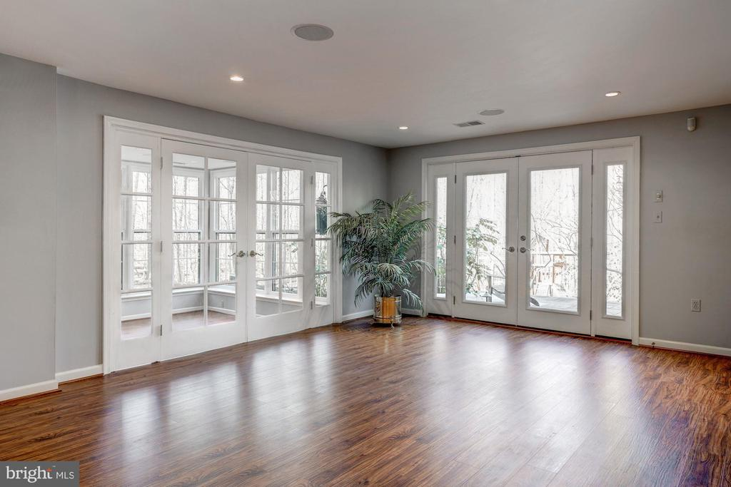 Frech doors open to the patio and private yard! - 2008 ROUNDHOUSE RD, VIENNA