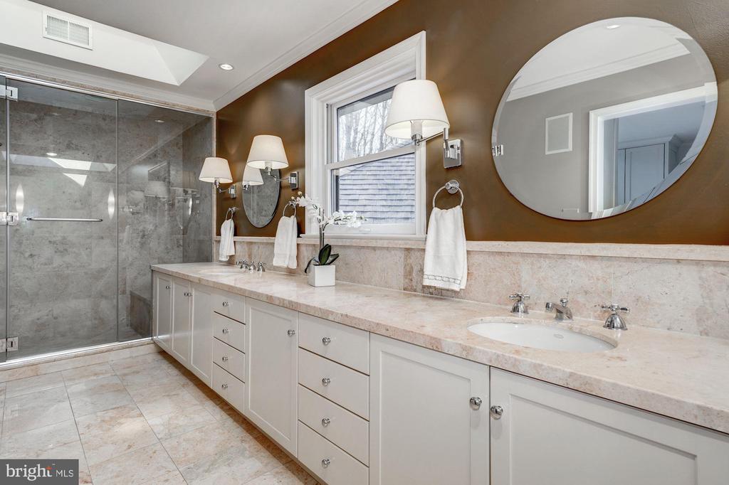 Master bath features dual sink  granite  vanity - 2008 ROUNDHOUSE RD, VIENNA