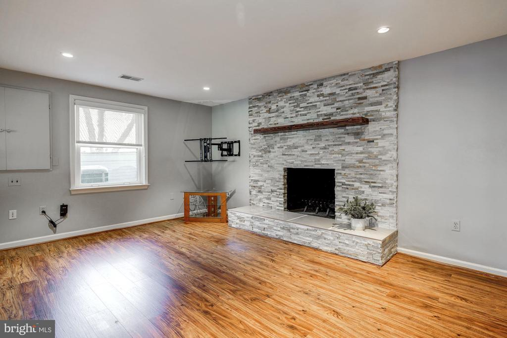 Sitting area of  rec rm w/ wood buring fireplace - 2008 ROUNDHOUSE RD, VIENNA