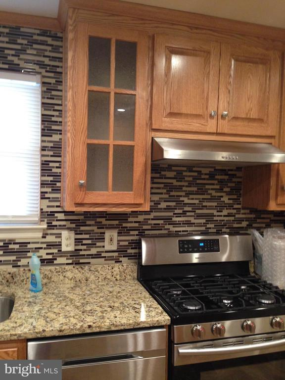 Gorgeous counters and cabinets. Gas cooking! - 6411 JUANITA CT, SUITLAND