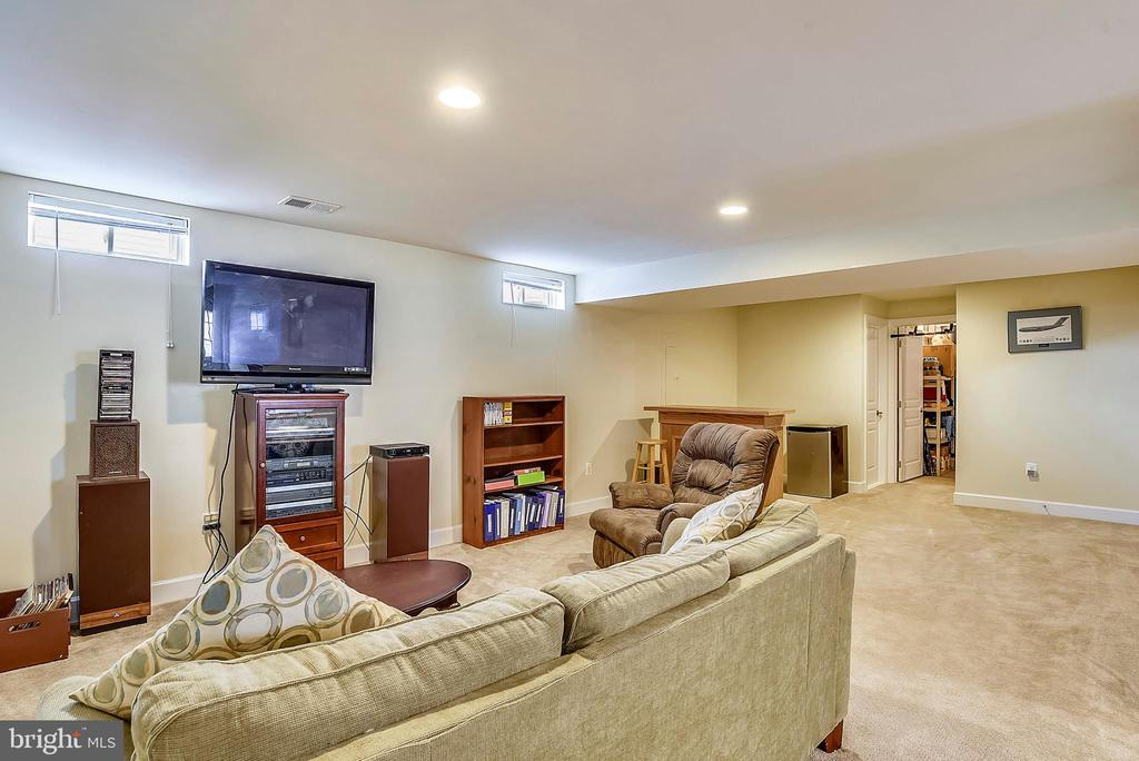 LARGE RECROOM WITH ROUGH-IN FOR WET BAR - 5709 SPRIGGS MEADOW DR, WOODBRIDGE