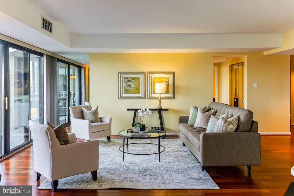 Large Living Room for Entertaining - 1530 KEY BLVD #506, ARLINGTON