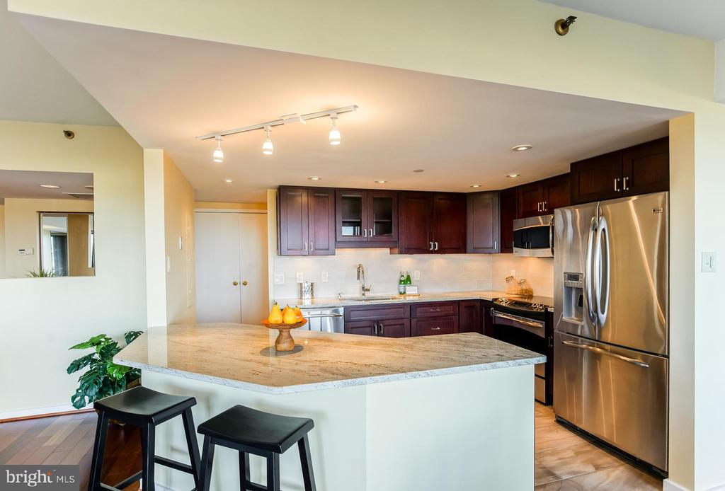Kitchen Island - 1530 KEY BLVD #506, ARLINGTON
