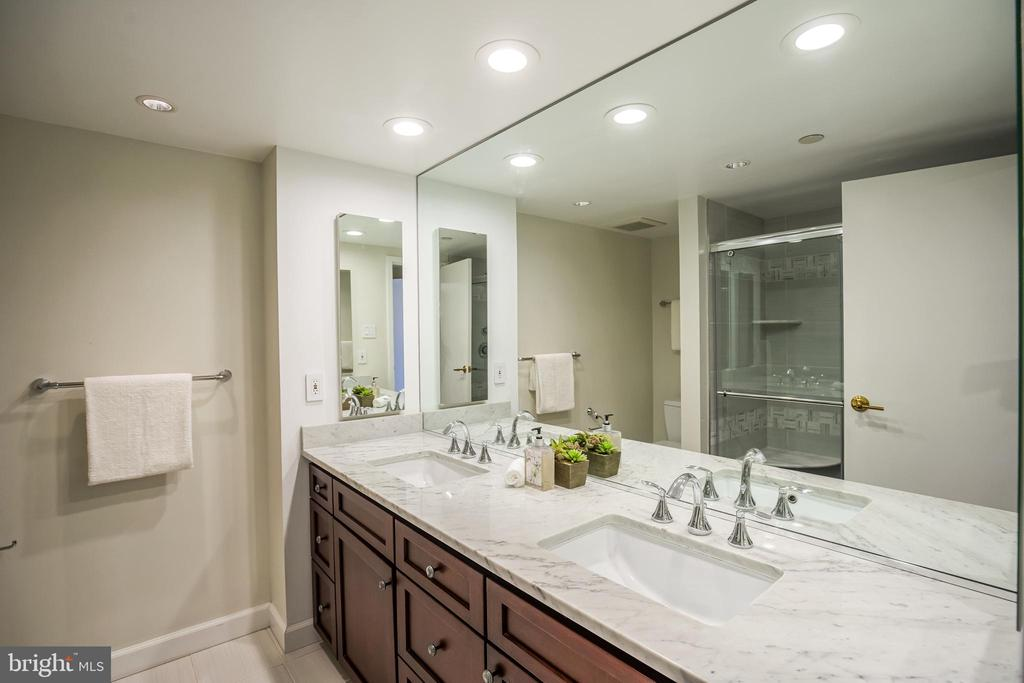Master Bathroom - 1530 KEY BLVD #506, ARLINGTON