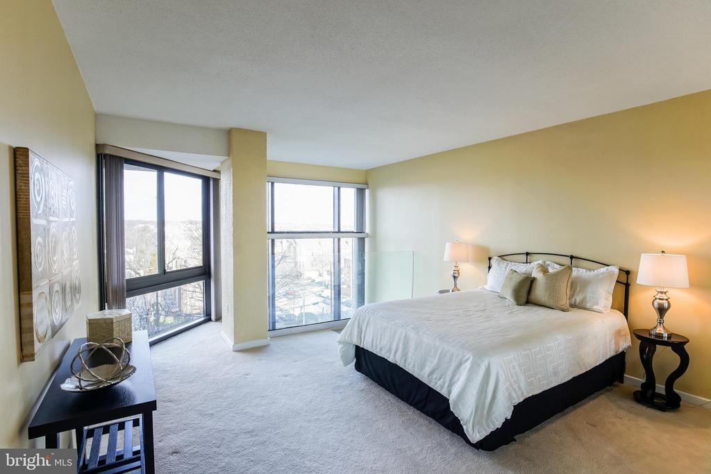 Upper Level Bedroom with Private Hallway Entrance - 1530 KEY BLVD #506, ARLINGTON
