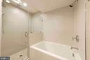 Separate tub in master bath plus two sinks - 432 S COLUMBUS ST, ALEXANDRIA