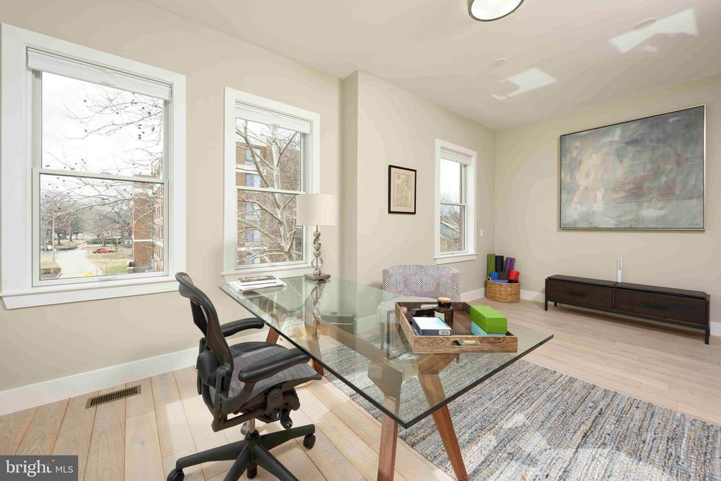 This room with many windows makes a perfect office - 432 S COLUMBUS ST, ALEXANDRIA