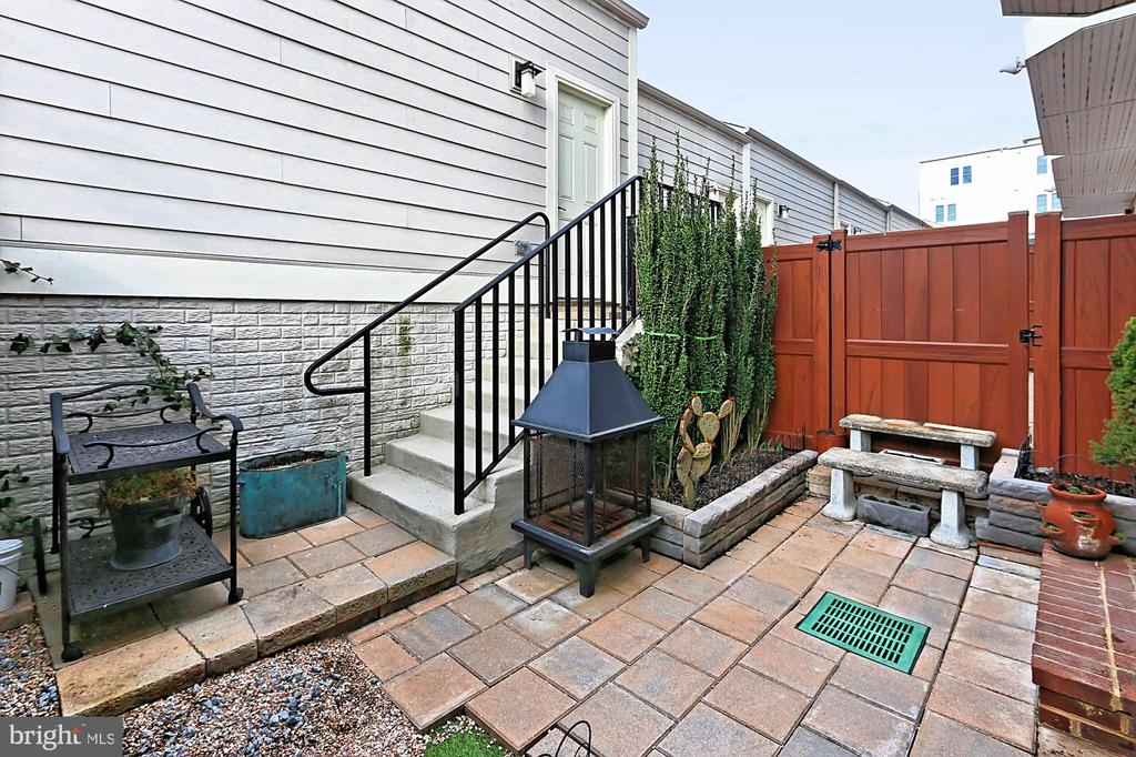 Fully fenced-in - 1148 S LINCOLN ST, ARLINGTON