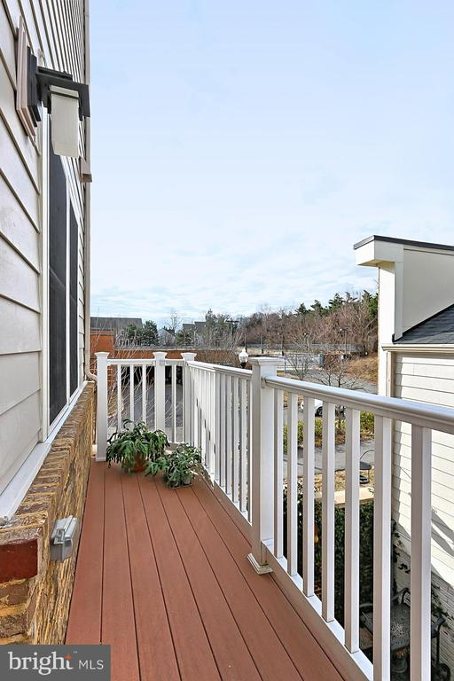 Deck off of kitchen - 1148 S LINCOLN ST, ARLINGTON