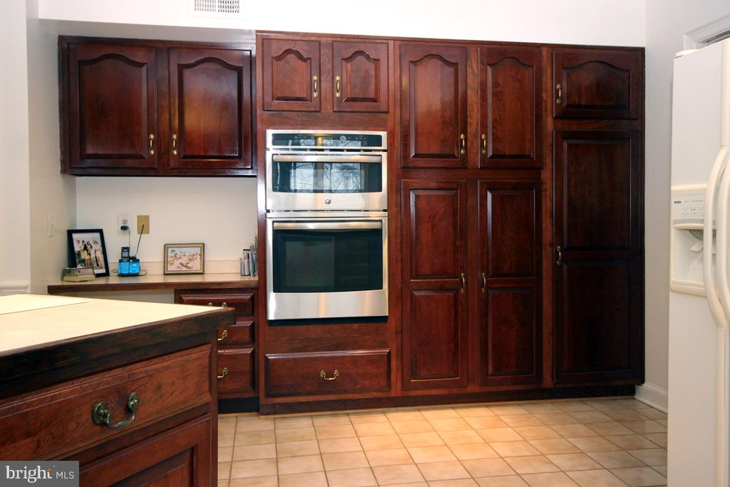 Plenty of Pantry space/Upgraded Cabinetry - 3225 RIVERVIEW DR, TRIANGLE