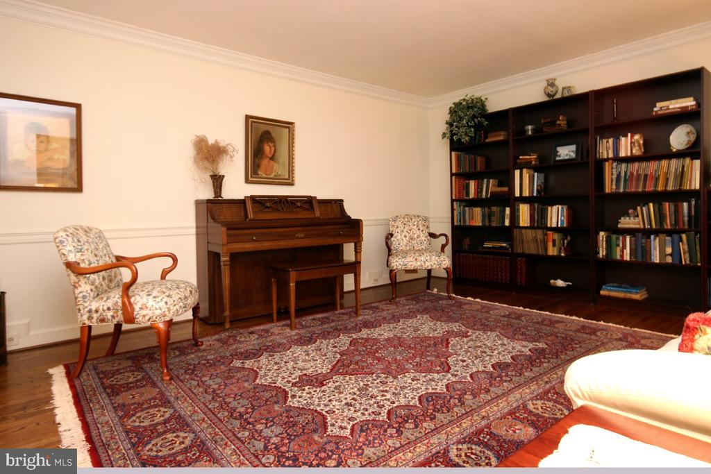 Living Room with Decorative Bookcases - 3225 RIVERVIEW DR, TRIANGLE