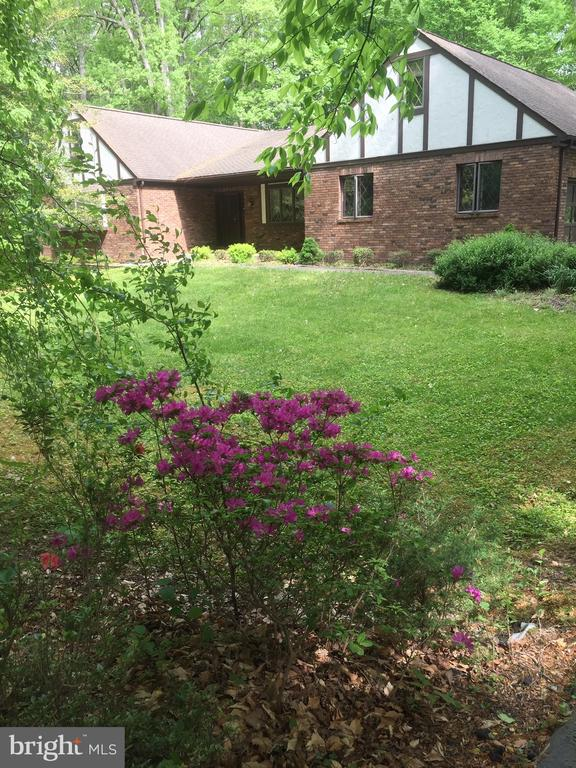 Summer' a Bloom in this landscaped yard - 3225 RIVERVIEW DR, TRIANGLE